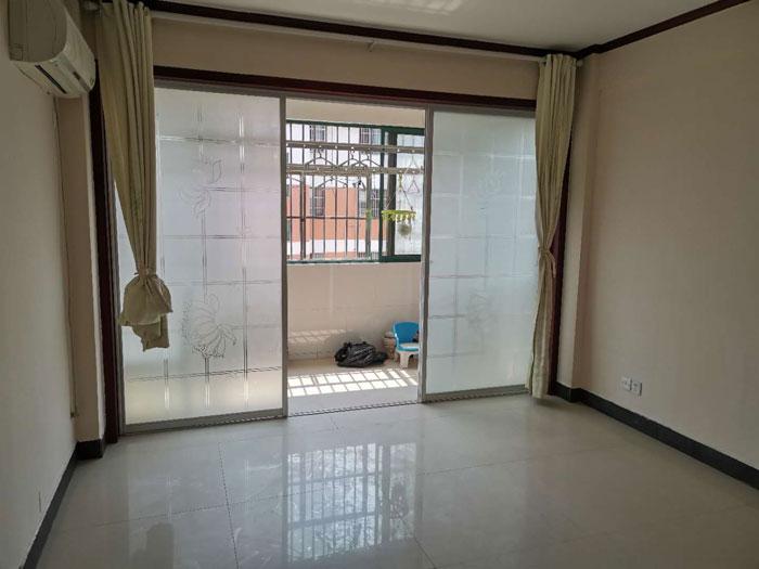 南苑小区多层4楼95平三室两厅简单装修,产证齐全,送19平储藏室。