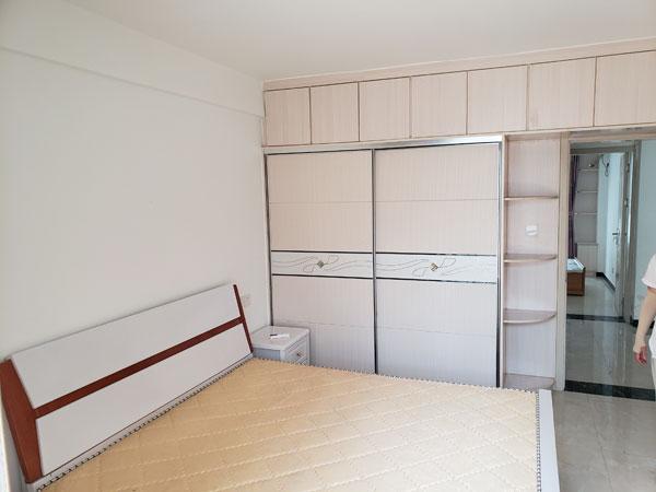 李岳小区二期多层3楼90平,两室两厅,家具家电齐全,拎包即住。